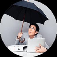 Homem segurando guarda-chuva, protejendo seus equipamentos eletrônicos